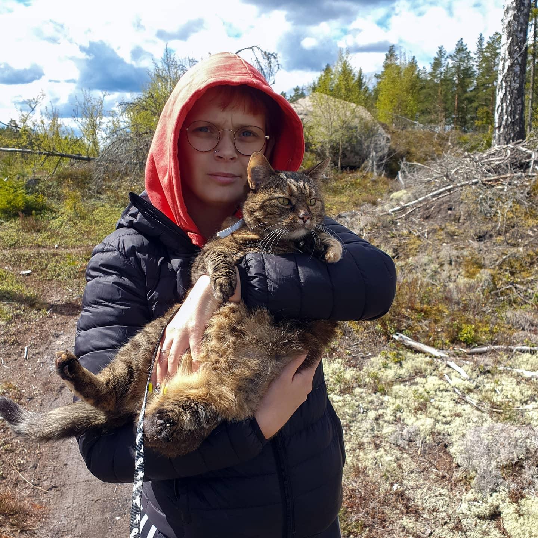 Skogspromenad med katt